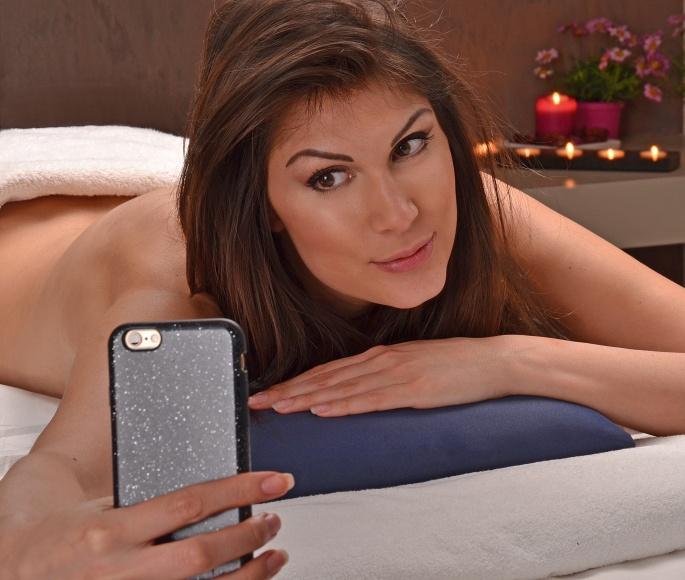 Haciendo un autorretrato en un centro estetico,selfie en el spa.